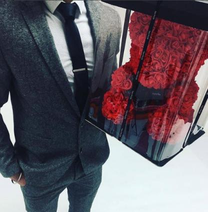 подарок на 8 марта мишка из роз красный