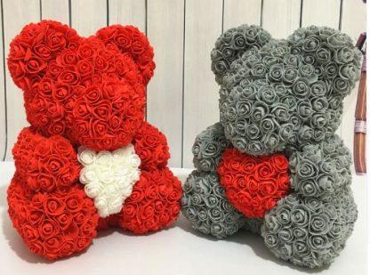 красный и серый мишки из роз с сердечками